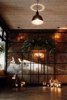 área para cerimônia de casamento com madeira e metal enferrujado foto