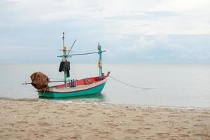 pequeno barco de pesca tradicional flutuando no mar