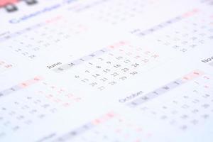 close up do calendário de cor branca foto
