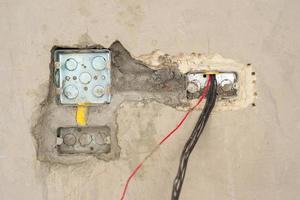 textura do close up e fundo do bloco de metal para instalação do sistema elétrico na parede de cimento gesso na casa em construção