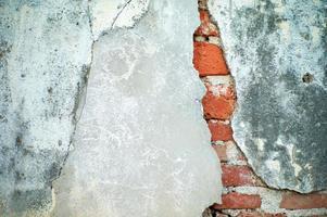 textura abstrata e fundo de parede de cimento gesso quebrado com pedreiros vermelhos dentro