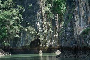 foco seletivo em penhasco rochoso da ilha em dia ensolarado foto