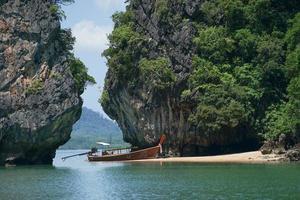 tradicionais parques de barcos de cauda longa na praia com penhascos altos e vista do mar ao fundo foto