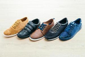 sapatos de couro em fundo de madeira foto