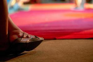 closeup pés e sapatos de homem com bokeh desfocado no fundo