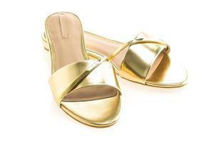 lindos sapatos de sandália dourada foto