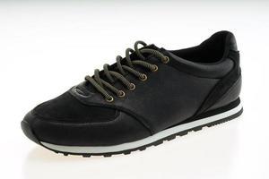 lindos sapatos de couro preto foto