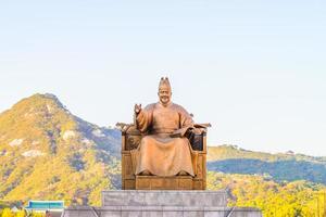 estátua do rei sejong na cidade de seul, coreia do sul