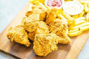 asas de frango frito com batata frita e tomate ou ketchup e molho de maionese