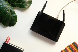 roteador de internet wi-fi sem fio em fundo branco foto