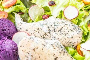 Bife de peito de frango grelhado com vegetais frescos