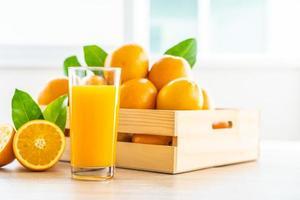 suco de laranja fresco para beber em uma garrafa de vidro foto