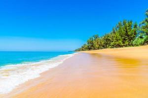 linda praia e mar foto