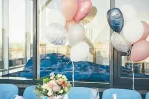balões e flores lá fora