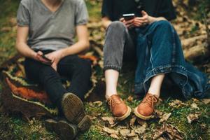 casal sentado nas folhas