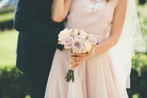 casal com buquê rosa