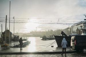 helsínquia, finlândia, 2021 - dia chuvoso no porto da cidade foto