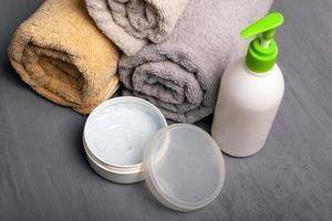 conjunto spa, cremes e toalhas aromaterapia para cuidados corporais foto