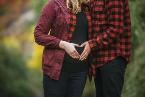 casal grávido de vermelho