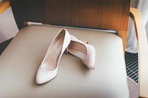 sapatos rosa na cadeira