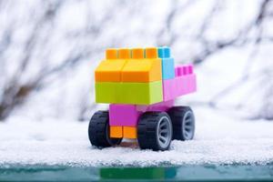 carro de brinquedo colorido na neve foto