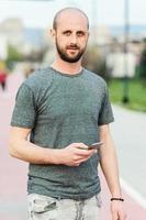 retrato de jovem atraente curtindo seu dia ao ar livre foto
