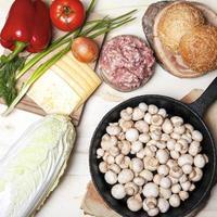 alimentos crus frescos para hambúrgueres planos, vista de cima foto