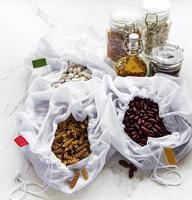 conceito de desperdício zero. sacos ecológicos com feijão e macarrão. conceito de compras e culinária ecologicamente corretas, flat lay