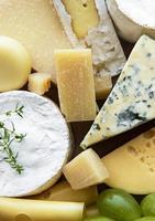 vários tipos de queijo, manjericão e uvas