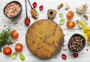 cozinhar utensílios de madeira, tábua vazia e especiarias. conceito de modelo de cozimento de alimentos. vista superior com espaço de cópia. postura plana