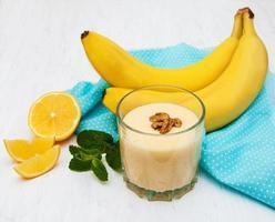 smoothie de banana com chocolate em um velho fundo branco de madeira foto