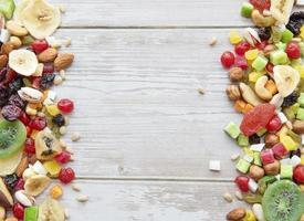 várias frutas secas e nozes em um fundo de madeira foto