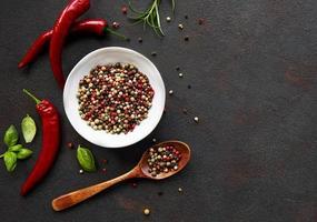 grãos de pimenta malagueta e vagens em fundo escuro, vista de cima