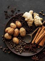 especiarias de gengibre em ardósia - anis estrelado, canela, cravo, noz-moscada, gengibre, cardamomo e pimenta preta