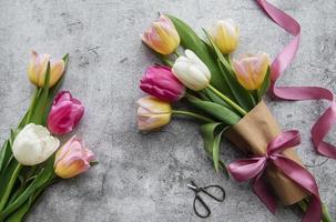 tulipas da primavera em um fundo de concreto