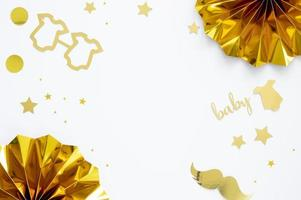 decorações douradas de chá de bebê em fundo branco com espaço de cópia