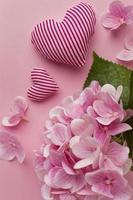 flores e coração rosa estampado