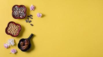 alimentos do ano novo chinês em fundo amarelo foto
