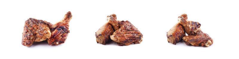 frango grelhado, coxas de frango isoladas no fundo branco foto
