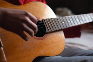 guitarrista tocando o instrumento musical foto