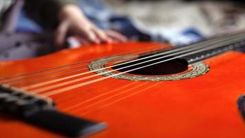 criança aprende a tocar um instrumento musical, o violão foto