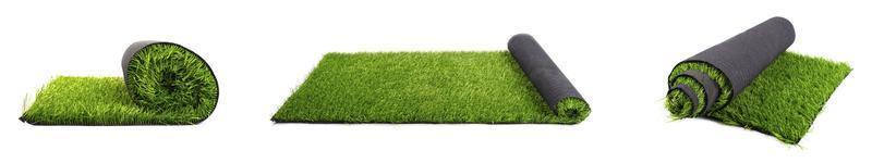 rolos de panorama de gramado artificial em um fundo branco foto