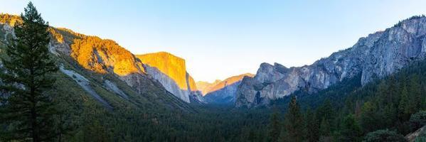 Parque Nacional de Yosemite durante o pôr do sol, Califórnia, EUA foto