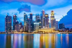horizonte do distrito financeiro de Singapura na baía da marina, Singapura foto
