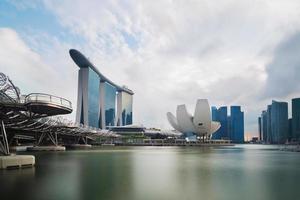 horizonte do distrito financeiro de Singapura na baía da marina foto