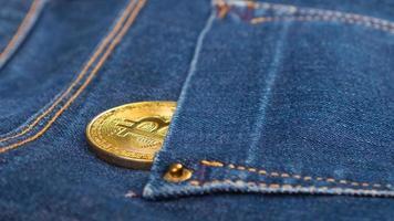 moeda bitcoin no bolso da calça jeans