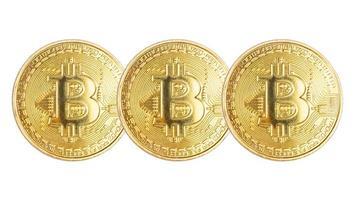 bitcoin de moedas de ouro isolado no fundo branco foto