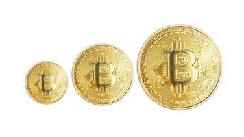 bitcoins criptomoeda moeda de metal isolados no fundo branco foto