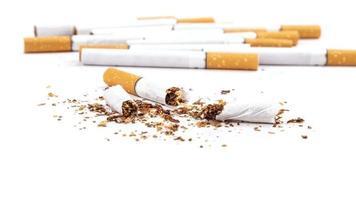 cigarros quebrados isolados no fundo branco, pare de fumar close-up foto