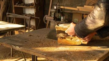 serrar madeira com serra circular foto